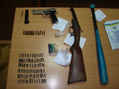 В наркопритоні знайшли зброю, патрони та биту