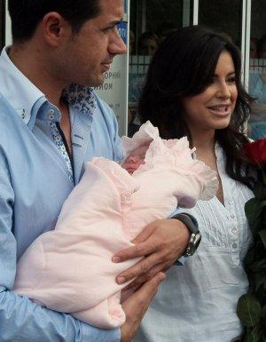 Ані Лорак з чоловіком і новонародженою донькою вперше з'явилися на публіці(ВІДЕО)