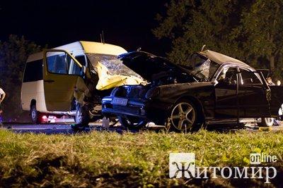 На Житомирщині сталася ДТП легковика з автобусом: 3 загиблих, 15 поранених. ФОТО.