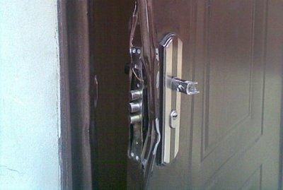 """Комунальникам дозволили """"вибивати двері"""" в помешкання боржників"""