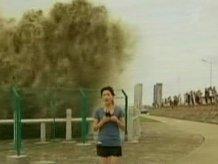 У Китаї 20-метрова хвиля накрила журналістку(ВІДЕО)