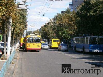 На центральній вулиці міста стали тролейбуси. ФОТО