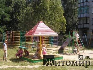 У Новограді-Волинському масово будують дитячі майданчики