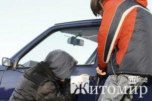 В Малинському районі з гаража викрали автомобіль