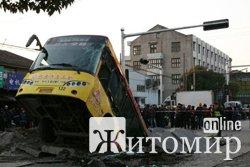 В Бердичеві рейсовий автобус з пасажирами провалився в яму