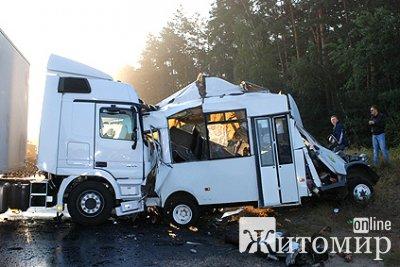 Знову аварія на трасі Київ-Житомир: вантажівка протаранила два автобуси з пасажирами. Оновлено. ФОТО