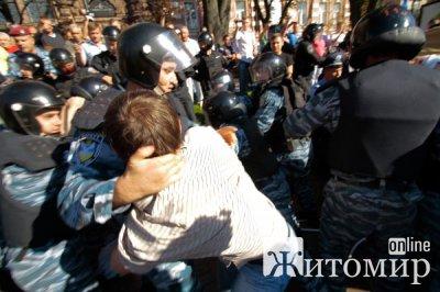 """Під судом – знову бійка між """"беркутівцями"""" і прихильниками Тимошенко"""