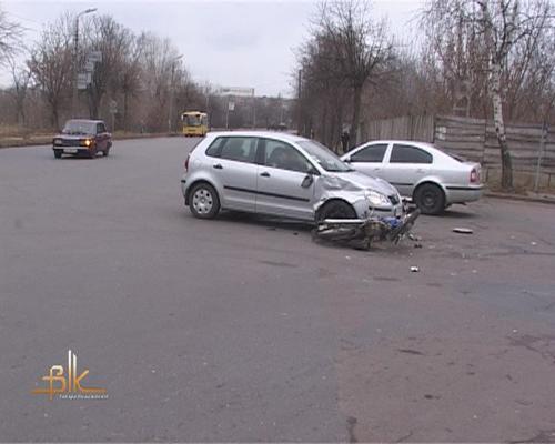 Під колеса іномарки потрапив водій скутера. Фото
