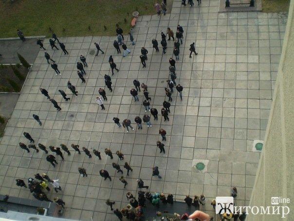 До Дня Збройних Сил України студенти вишикувались в малий герб. ФОТО