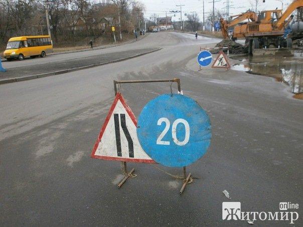 На вул. Бердичівській знову прорвало водогінну трубу. ФОТО