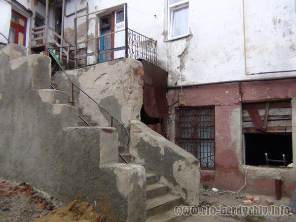 На Житомирщині евакуювали 50 мешканців багатоповерхівки.ФОТО