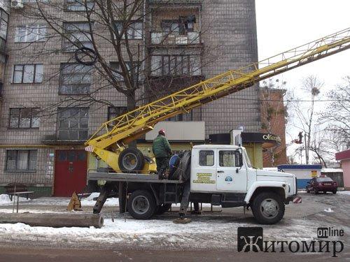 На вул. Лятошинського міняють електроопори. ФОТО