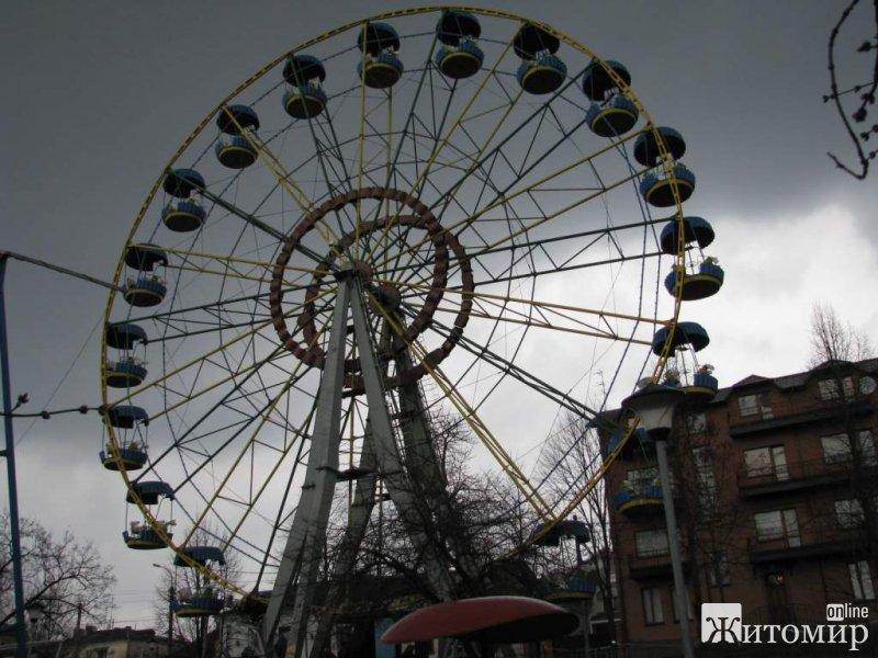 Дирекція парку культури запевняє, що всі атракціони безпечні.ФОТО