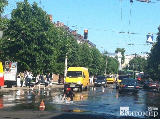 Фонтаном води висотою декілька метрів закінчився прорив водогону на вулиці Великій Бердичівській у Житомирі. ФОТО