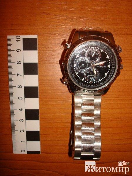 Ділок з Житомирщини продавав шпигунські пристої під видом наручних годинників. ФОТО