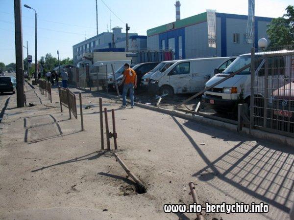 """Дороге ДТП в Бердичеві: """"Мерседес Спринтер"""" влетів в автостоянку.ФОТО"""