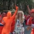 Кореспондентка так і не змогла приборкати життєрадісних голландців перед матчем. ВІДЕО