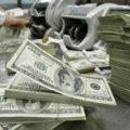 Українцям радять запасатись доларами