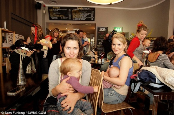 Мами влаштували флеш-моб з годування дітей груддю через образу. Фото