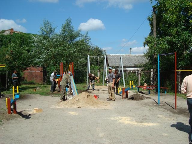 Олег Самчук подарував дітям ігровий майданчик