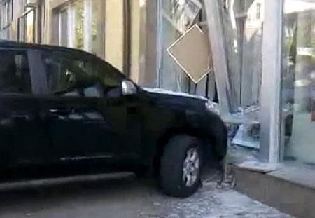 Дівчина на джипі в'їхала у вітрину в центрі Києва. ВІДЕО
