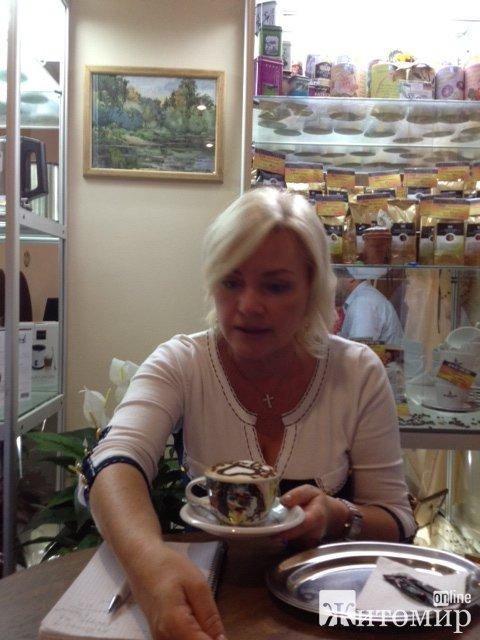 """Оксана Білозір п'є каву у житомирському """"Будинку кави"""". ФОТО"""