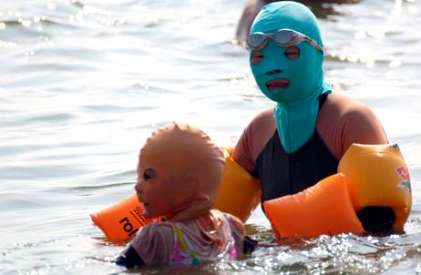 "Нова пляжна мода Китаю - ""купальники"" для обличчя а ля Pussy Riot. ФОТО"