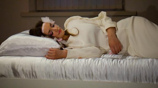 Сплячу красуню у музеї вже цілують. ВІДЕО