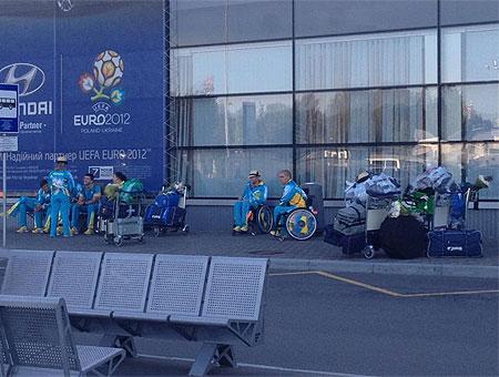 Після пафосної зустрічі в аеропорту паралімпійців відправили на маршрутки