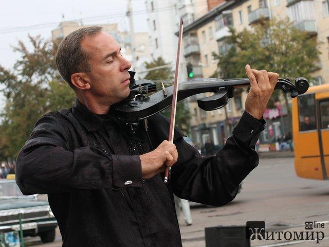 В Житомир приїхав Андрій Петров -  відомий вуличний скрипаль