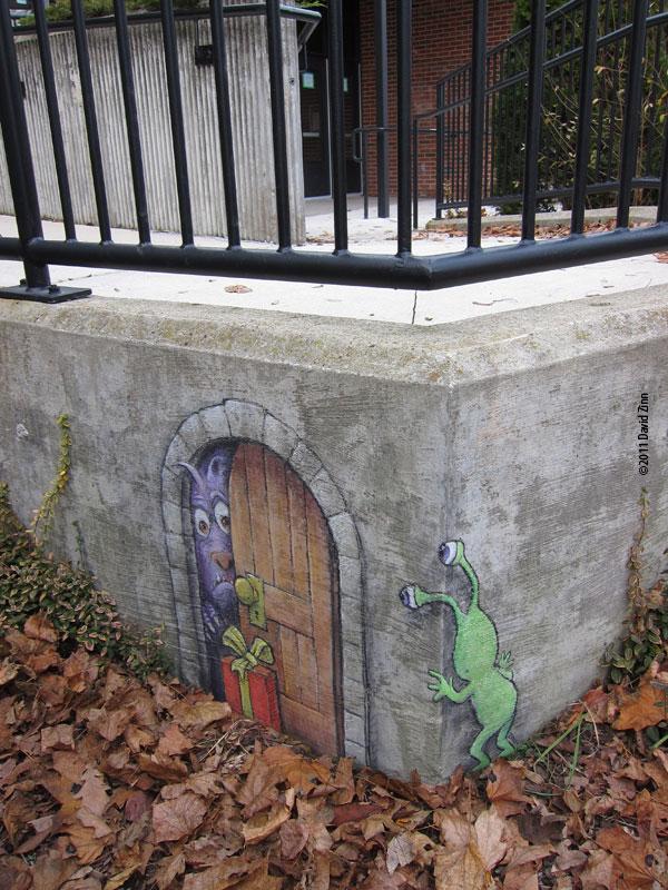 Художник прикрашає тротуари міста чарівними казковими персонажами. ФОТО