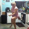Син зняв на відео танці матері-сновиди. ВІДЕО