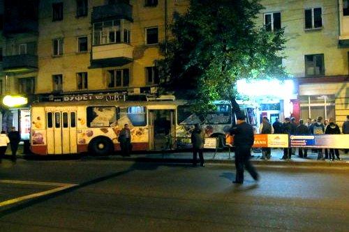 В Житомирі тролейбус з пасажирами врізався в жилий будинок. ФОТО