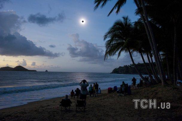 Усміхнені австралійці на пляжах дивились, як чорніє Сонце. ФОТО. ВІДЕО