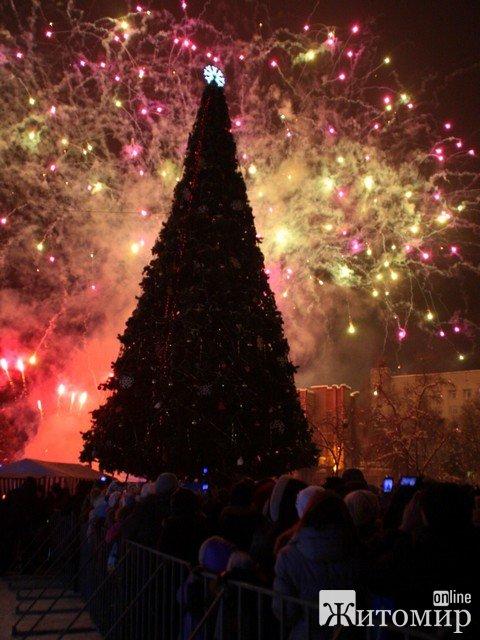 Ялинку запалили під вогняне шоу та феєрверк. ФОТО з відкриття Новорічної ялинки в Житомирі