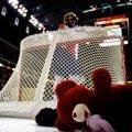 Хокейні вболівальники закидали лід тисячами плюшевих ведмежат. ВІДЕО