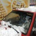 Велетенська бурулька розтрощила припаркований автомобіль