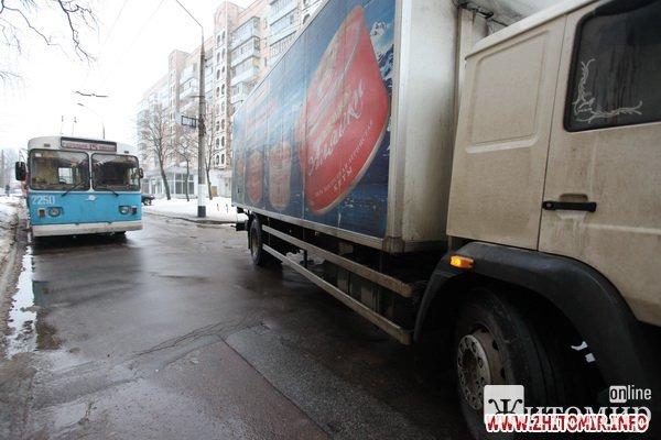 В центре Житомира две фуры заблокировали движение