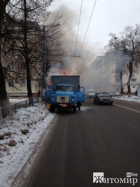 У центрі Житомира загорілась автівка. ФОТО