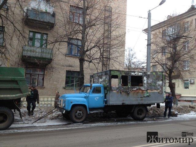 Автівка Житомирводоканалу згоріла у центрі Житомира. ФОТО