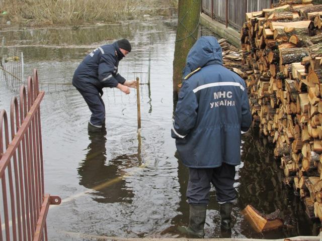 На Житомирщині рятувальники надають допомогу населенню по відкачуванню талих вод з підтоплених домогосподарств. ФОТО