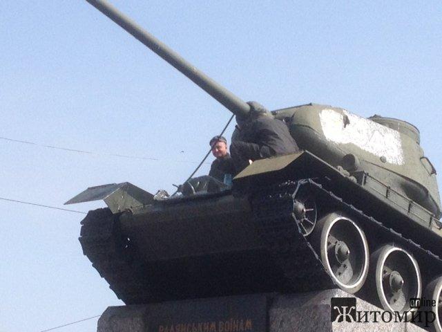 У Житомирі на майдані Перемоги фарбують танк. ФОТО