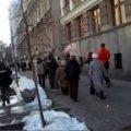 У Києві активісти закидали депутаток від ПР снігом та землею. ВІДЕО