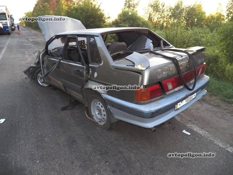 ДТП на Житомирщине: ВАЗ зацепил Honda CR-V и снес ограждение моста. ФОТО