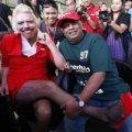 Мільярдер поголив ноги, одягнув червону міні-спідницю і став... стюардесою. ВІДЕО