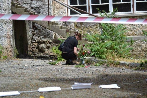 У Сімеїзі мама загиблої дівчинки тримала в руках закривавлені камені та плакала. ФОТО