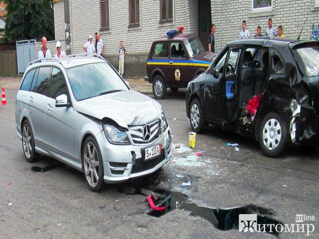 Три человека пострадали в результате ДТП в Житомире, на перекрестке улиц Шевченко и 1 Мая. ФОТО