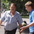 У Житомирі комунальник накинувся на журналістів, які знімали ремонт доріг. ВІДЕО