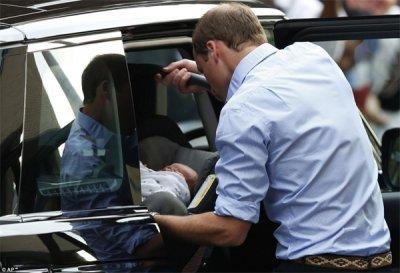 Вільям та Кейт показали сина. ФОТО. ВІДЕО.