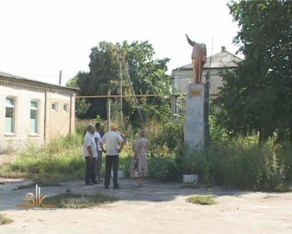 """На Житомирщині пам'ятнику Леніну """"відірвали"""" голову. ВІДЕО"""